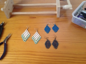 Rocailles earrings in net stitch